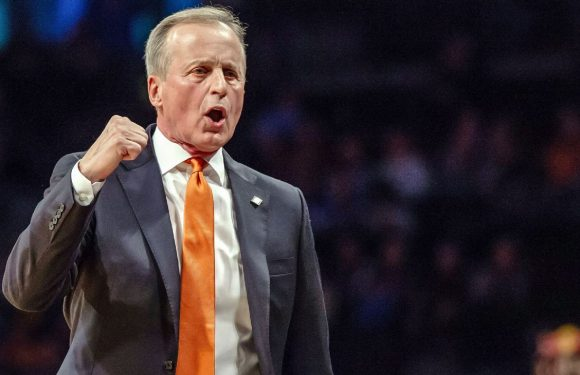 Barnes stays at Tennessee after UCLA push