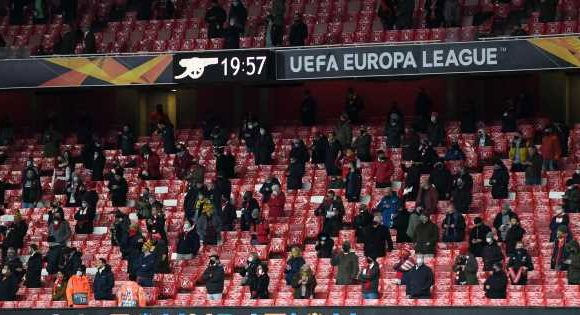 Arsenal players' and stewards' gesture to fans upon Emirates return