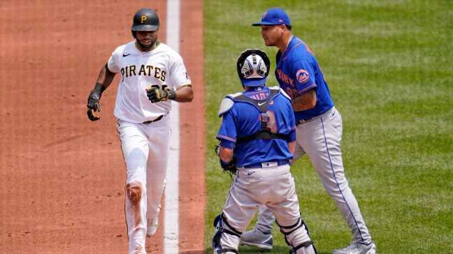 Pirates swipe 3 runs off Mets' bizarre mistake